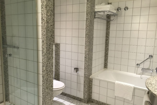 Junior Suite bathtub and shower at the Hilton Munich Airport