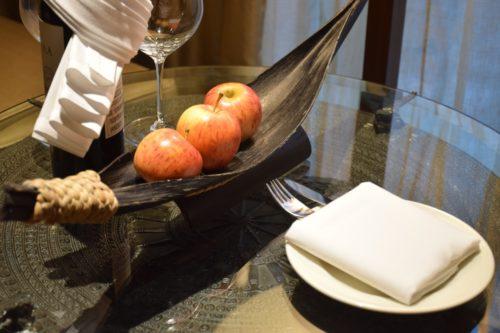 Conrad Bangkok Executive Twin Corner Room - Wine and Fruit