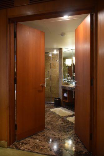 Conrad Bangkok Executive Twin Corner Room - Bathroom Double Doors