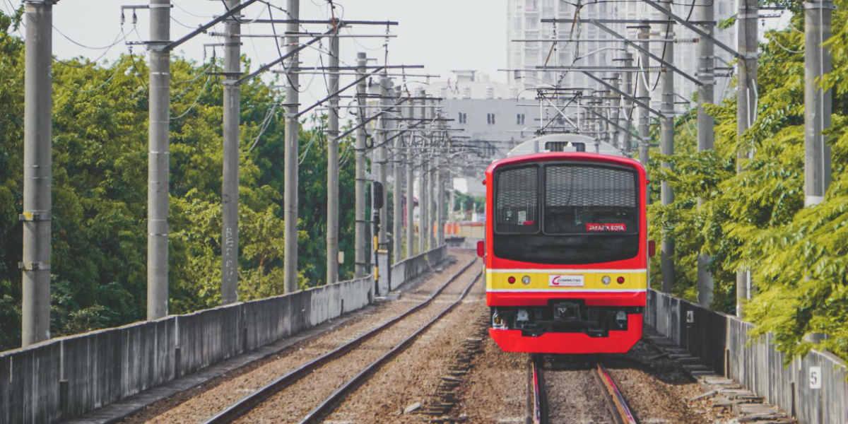 Commuter atau KA Lokal KAI underpass