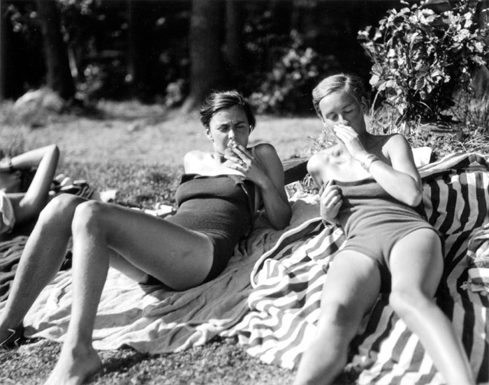 """A photograph of two """"New Women"""" of 1920s Germany, by Marianne Breslauer."""