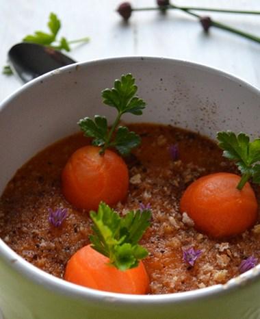 Gâteau moelleux à la crème de fraises sous une coulée de cassis.
