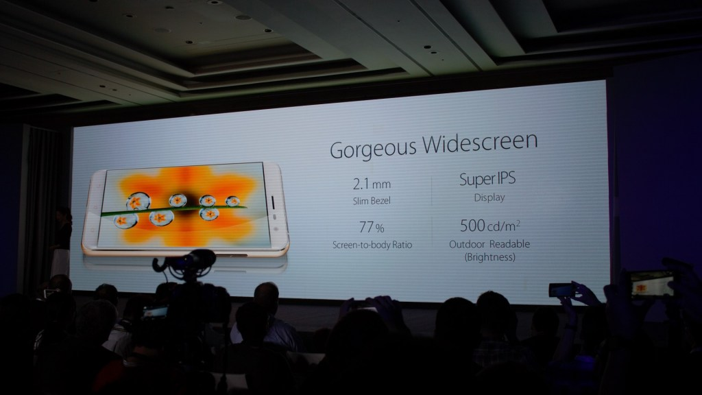 Super IPS and 2.1mm bezel. That's pretty decent!