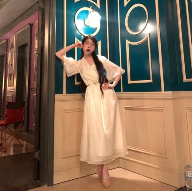 Pose Songong IU Untuk Merayakan Pencapaian di Instagram 'Hotel Del Luna'