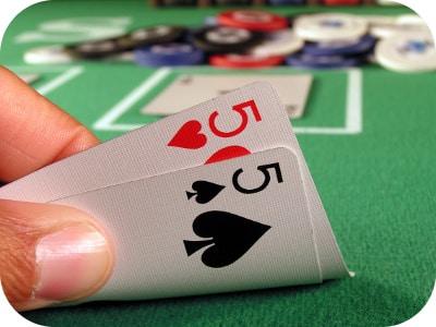 [:vi]Chơi Poker với bài Poker đôi nhỏ như thế nào?[:en]How to play poker with small pair? [:]