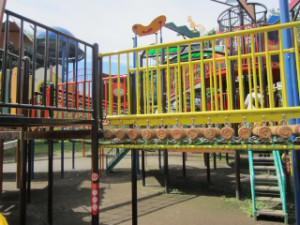 綾南公園 複合遊具・丸太の吊り橋