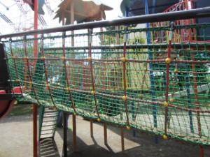 綾南公園 複合遊具・網の吊り橋