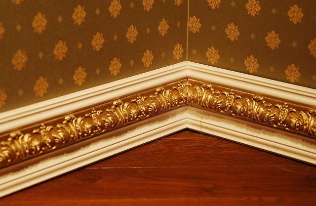 Polyurethane Plinth ด้วยลวดลายนูนชุบทอง - หลังการติดตั้งและตกแต่ง