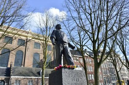 「2月のストライキ」の記念碑、港湾労働者像