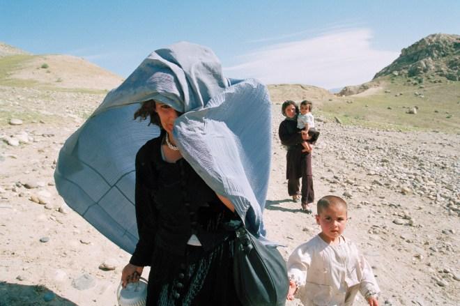 AFGHANISTAN_BEAUTIES_SPIEKERMEIER_AFGHANISTAN. FEMME SOULEVE BURQA POUR RESPIRER_web57573-33_export