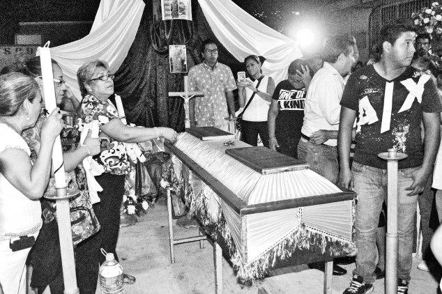 Funeral del maestro Claudio Castillo Peña, el maestro de la CETEG asesinado hace unos días en un enfrentamiento con la Policía Federal. Foto: Internet