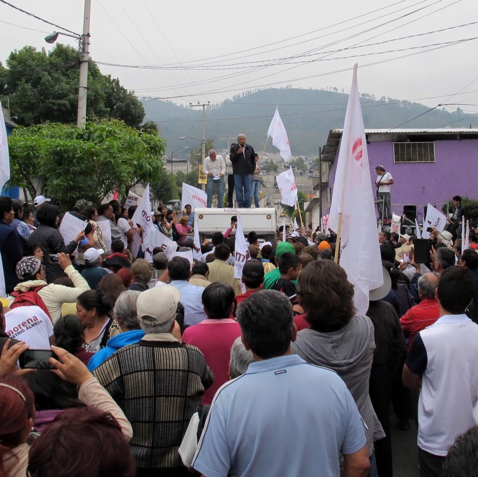 Andrés Manuel López Obrador habla desde arriba de un camión. Foto: Especial