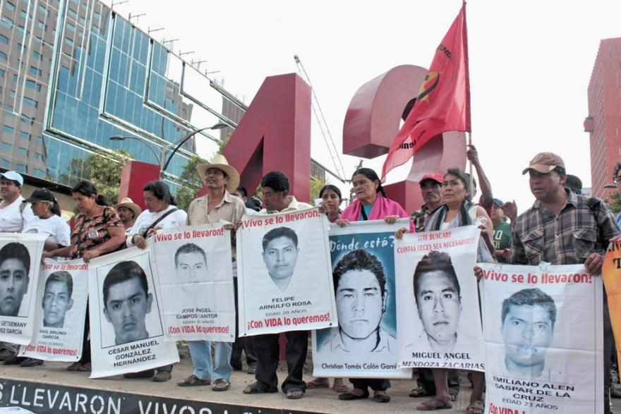Padres y madres de los normalistas de Ayotzinapa durante la instalación del Antimonumento +43. Fotos: Alfredo López Casanova e Ivelín Meza