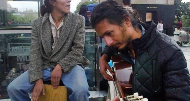 En la imagen, portando la guitarra, Bryan Reyes Rodríguez, 27 años, músico (guitarra clásica y flamenca)