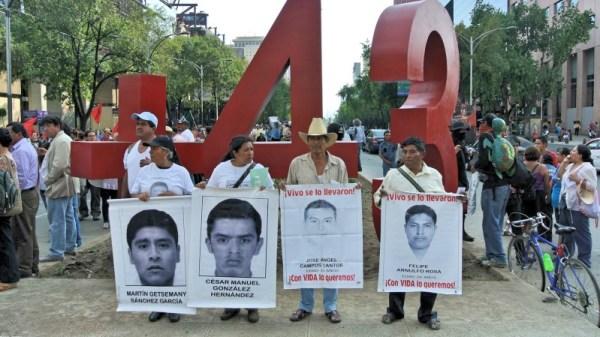 Padres de los normalistas de Ayotzinapa frente al Antimonumento de Paseo de la Reforma. Foto: Antimonumento/Facebook