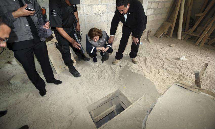 La titular de la PGR, Arely Gómez, analiza detenidamente la boca del túnel por donde, presuntamente, se escapó el Chapo Guzmán. Imagen distribuida por la PGR.