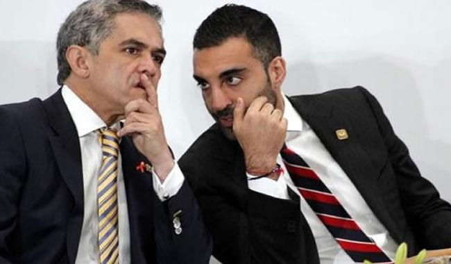 El jefe de Gobierno del Distrito Federal, Miguel Ángel Mancera, con Simón Levy