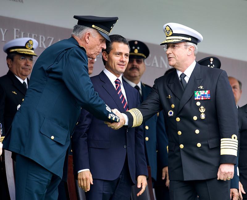 Peña Nieto con el secretario de la Defensa Nacional, Salvador Cienfuegos y el secretario de la Marina, Vidal Francisco Soberón. Foto: Presidencia de la República