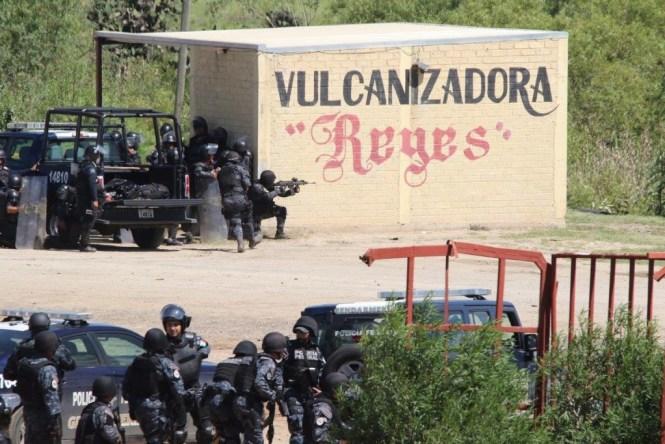 Policías disparando a la multitud de maestros de la CNTE y habitantes de Nochixtlán. Foto: Luis Alberto Hernández, AP