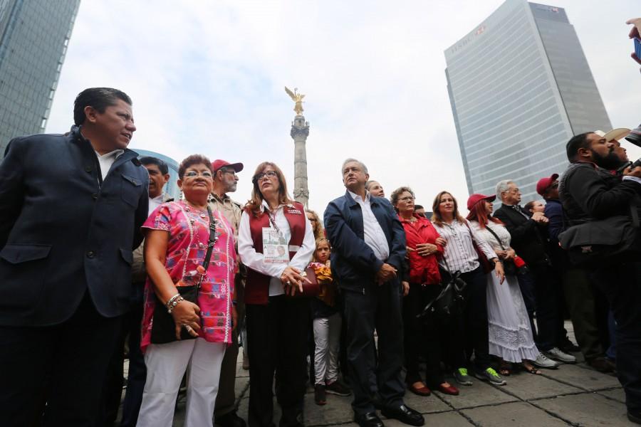 Andrés Manuel López Obrador en la marcha del silencio en solidaridad con los maestros de Oaxaca. Foto: amlo.org