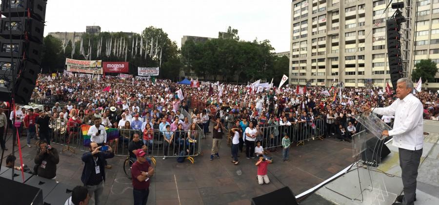 AMLO en Tlatelolco, durante la campaña de las elecciones de la Asamblea Constituyente