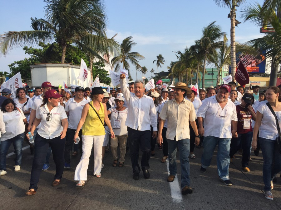 En Veracruz, López Obrador acompañado por su esposa Beatriz Gutiérrez Muller y el candidato de Morena, Cuitláhuac García. Foto: amlo.org