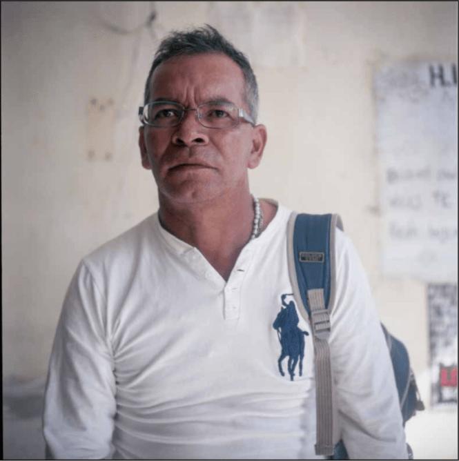 Mario César González busca a su hijo César Manuel González Hernández. Foto: Scott Brennan