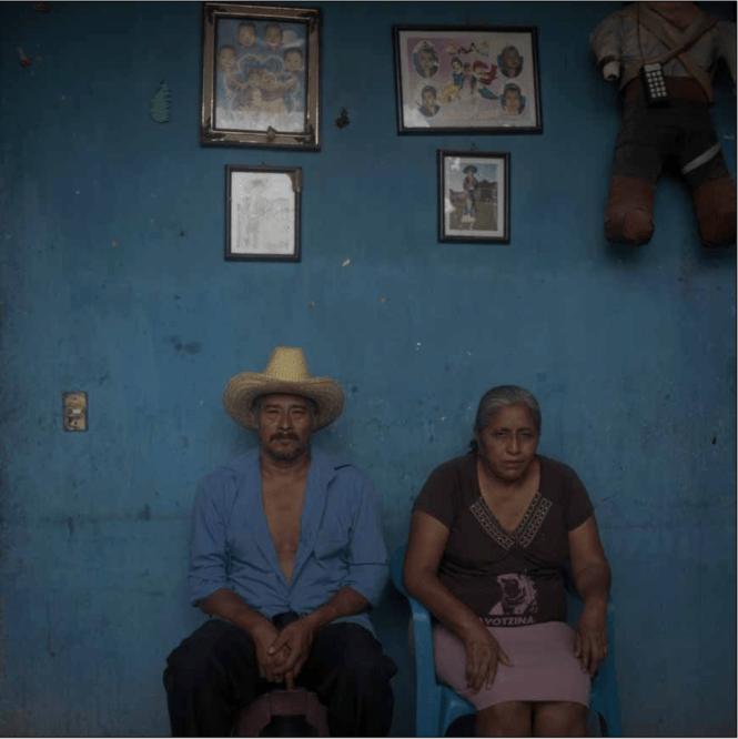 Bernabé Abraján Gaspar y Delfina de la Cruz buscan a su hijo Adán Abraján de la Cruz. Foto: Scott Brennan