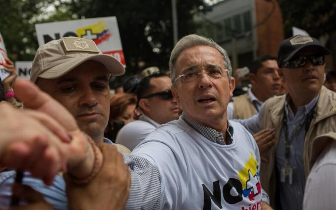Álvaro Uribe haciendo campaña por el NO a la paz en Colombia.
