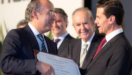 Peña Nieto le entrega reconocimiento a Felipe Calderón