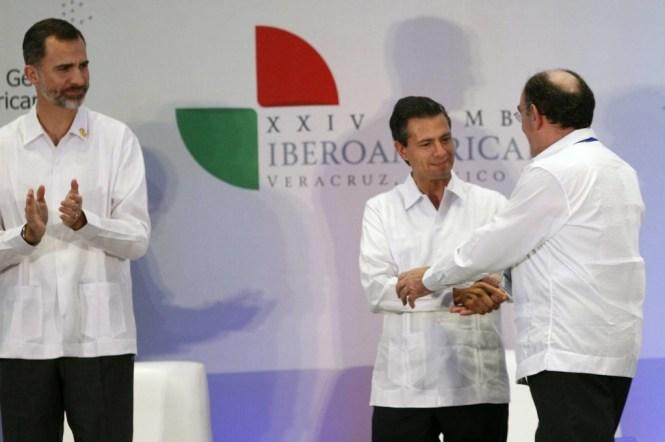 Enrique Peña Nieto saluda a Ignacio Galán, presidente de Iberdrola, ante la mirada del rey de España, Felipe IV.