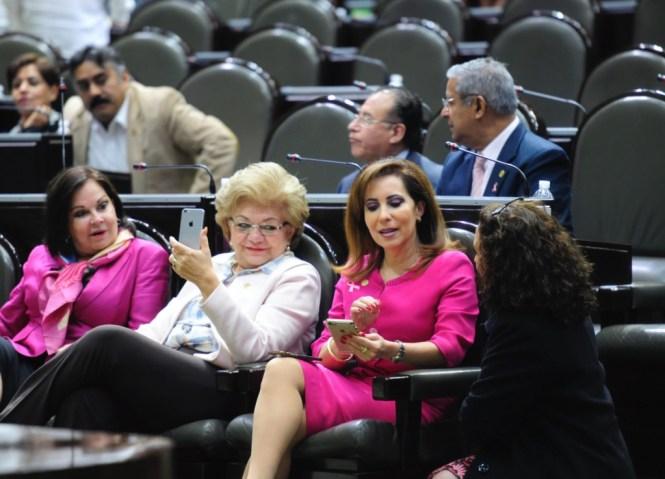 Diputadas federales conversan en la sesión ordinaria. Foto: Cámara de Diputados