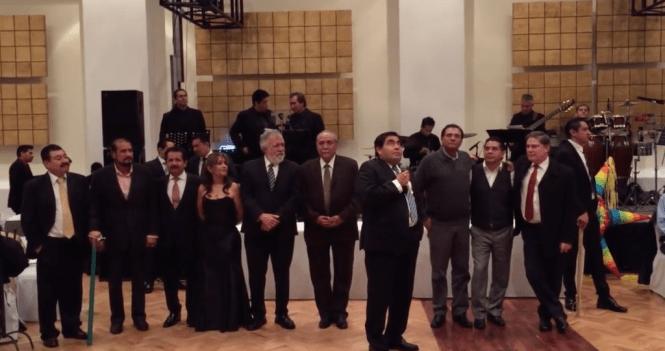 Alejandro Encinas con los senadores del PRD en la posada donde apalearon una piñata de Donald Trump.