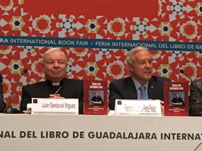 El cardenal Juan Sandoval Iñiguez y el político panista Fernando Guzmán. Foto: Saúl Lomelí/Twitter