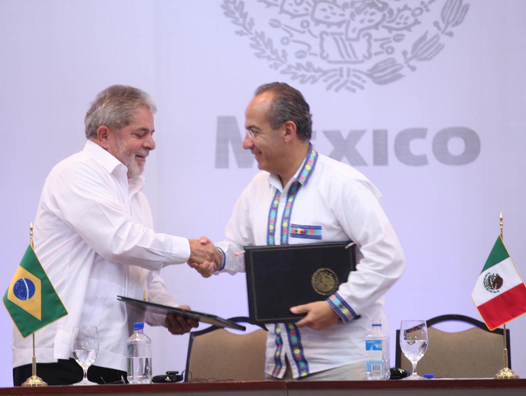 Felipe Calderón acompañado del Presidente de Brasil durante la firma de documentos. Foto: Especial