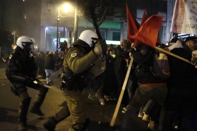 """Διαδηλωτές συγρούονται με άνδρες των ΜΑΤ κατά τη διάρκεια επεισοδίων που σημειώθηκαν μετά από πορεία διαμαρτυρίας για την επίσκεψη του αμερικανού προέδρου Μπαράκ Ομπάμα στην Αθήνα, Τρίτη 15 Νοεμβρίου 2016. Επεισόδια σημειώθηκαν κατά τη διάρκεια συγκέντρωσης διαμαρτυρίας που πραγματοποιήθηκε από οργανώσεις της εξωκοινοβουλευτικής αριστεράς με το σύνθημα: """"Ανεπιθύμητος ο Ομπάμα στην Ελλάδα - Καμία εμπλοκή στους ιμπεριαλιστικούς σχεδιασμούς και πολέμους"""". ΑΠΕ-ΜΠΕ/ΑΠΕ-ΜΠΕ/ΓΙΑΝΝΗΣ ΚΟΛΕΣΙΔΗΣ"""