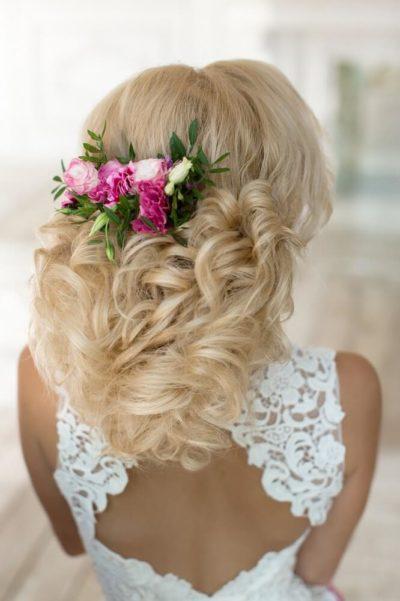 Венок из живых цветов для свадебной прически