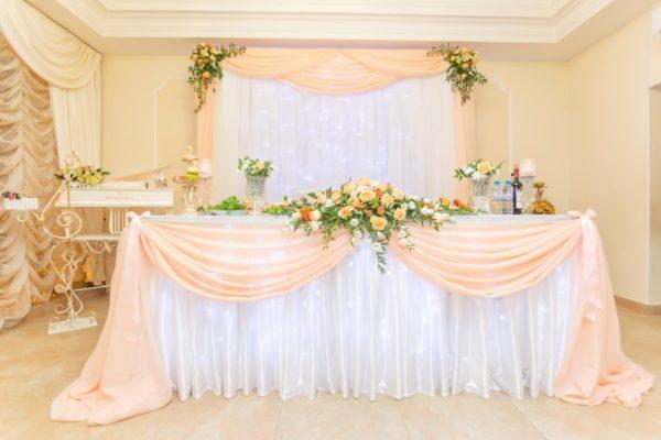 Оформление зала в персиковом цвете