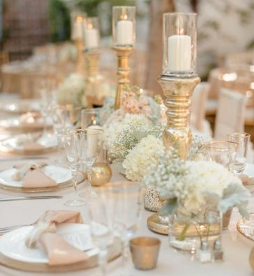 Белые свечи для оформления свадебного стола