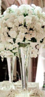 Белые розы и орхидеи для свадебного оформления