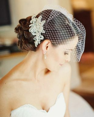 Прическа невесты с небольшой фатой
