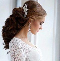 Украшение для свадебной прически с распущенными локонами