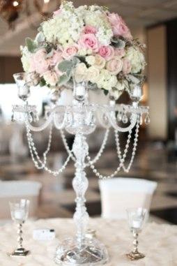 Белые цветочные стойки на гостевые столы