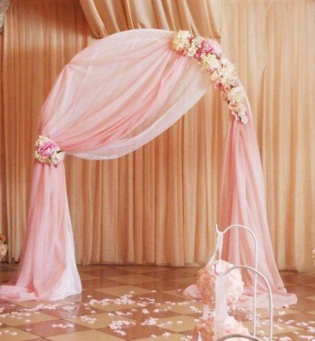 Арка украшенная тканью розовая