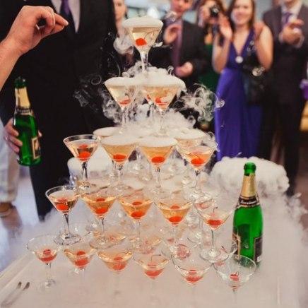 Пирамида из бокалов с шампанским