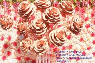 Фотозона большие розы персиковые