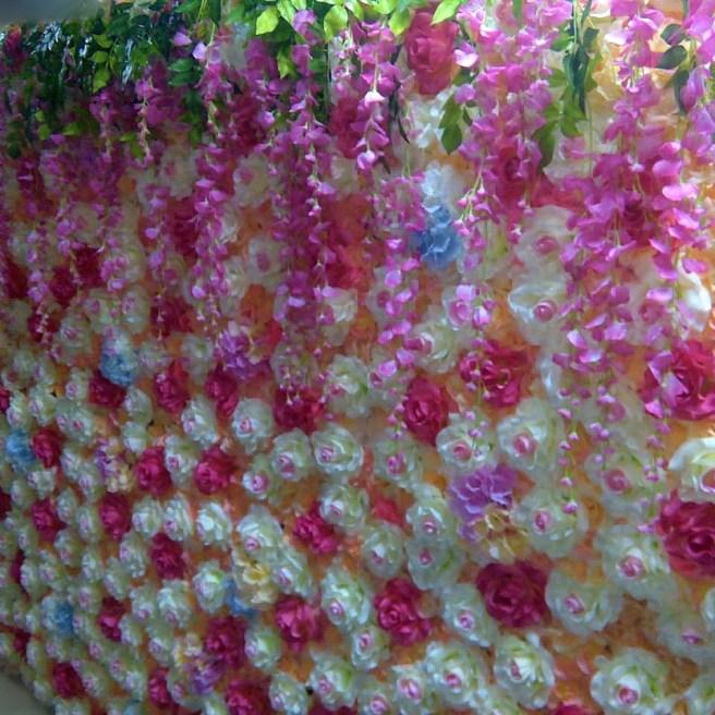 Фотозона из декоративных розово-персиковых цветов