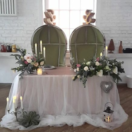 Оформление свадебного стола живыми цветами и тканью