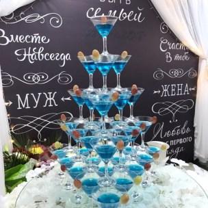 Пирамида из бокалов шампанского
