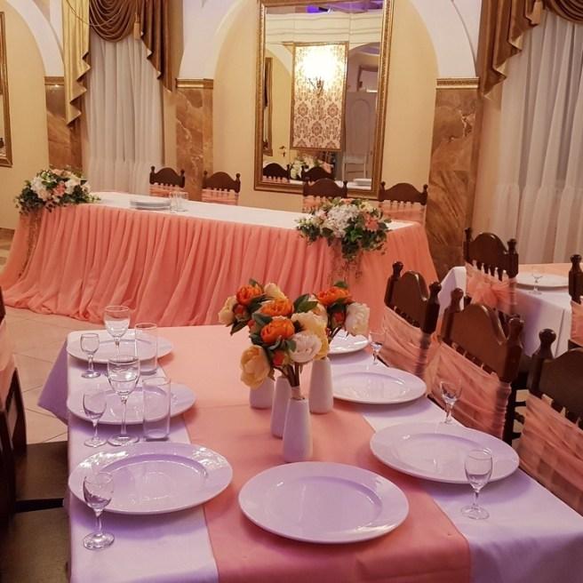 Оформление гостевых столов в персиковом цвете